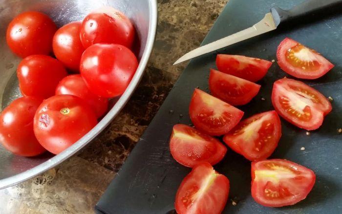 разрезать помидоры на 4 части