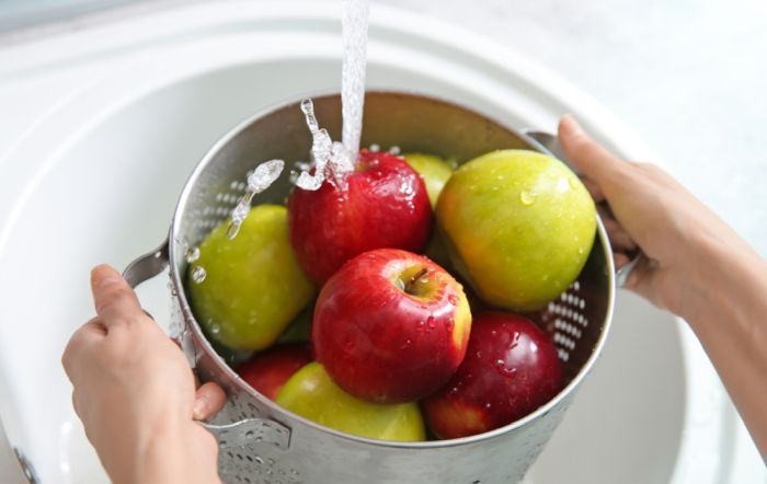 промыть яблоки в воде
