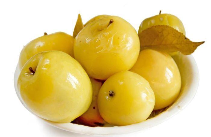 яблоки моченые в тарелке